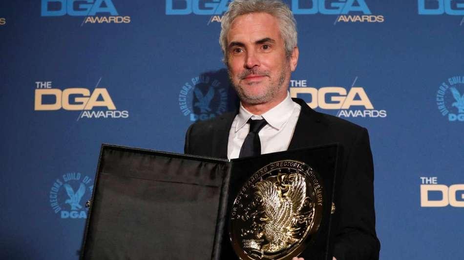 Na foto está Alfonso Cuarón, o vencedor de melhor diretor de longa metragem com o seu prêmio em mãos