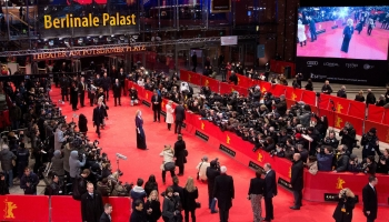 A foto mostra artistas passando pelo tapete vermelho enquanto dezenas de fotógrafos capturam as suas passagens