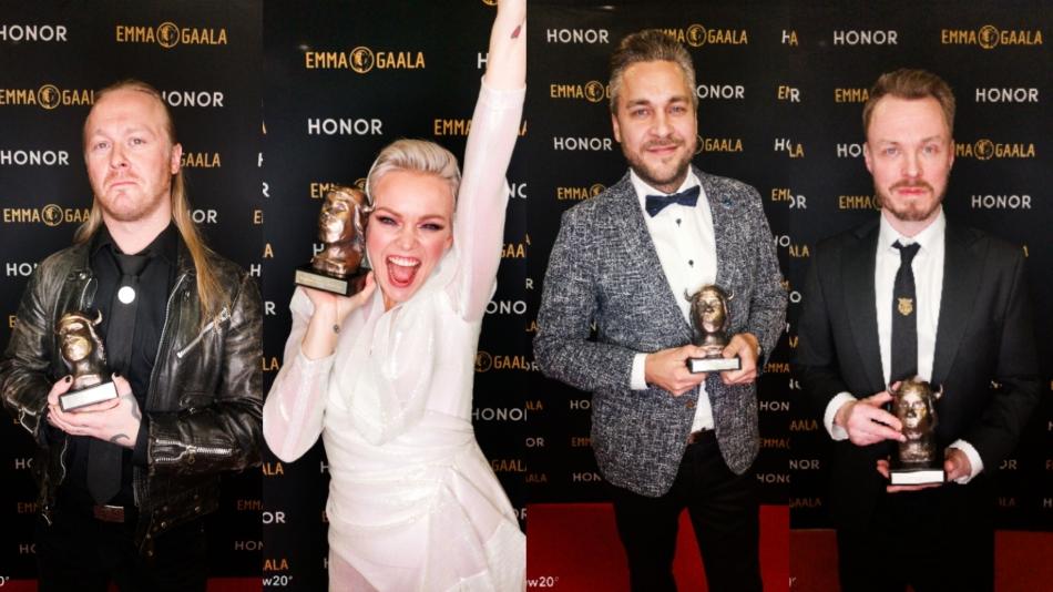 Na imagem aparecem quatro artistas, cada um com o seu prêmio na mão em uma pose no tapete vermelho com um painel ao fundo com a logo da premiação. São três homens e uma mulher, todos são loiros e estão vestidos com roupas de gala.