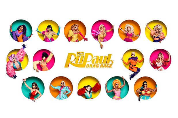 Na foto estão as quinze drag queens da décima primeira temporada e ao centro da imagem o logotipo do programa.